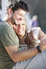 Deutschland, Haltern, glückliches Paar umarmt sich