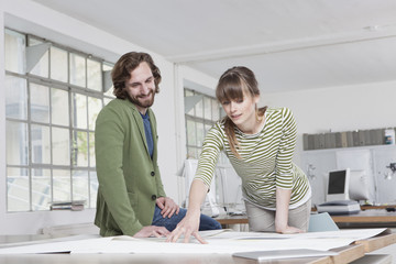 Blick auf Konzeption in einem kreativen Büro, zwei Kollegen