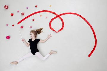 Mädchen bei rhythmischer Gymnastik mit Kugeln und Band