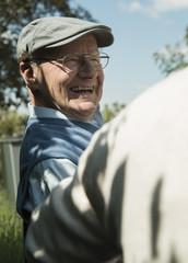Glücklicher alter Mann mit Kappe