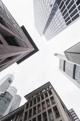 Deutschland, Hessen, Frankfurt am Main, Blick auf Fassaden von modernen Bürogebäuden von unten