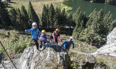 Österreich, Salzburger Land, Altenmarkt-Zauchensee, Familie am Klettersteig
