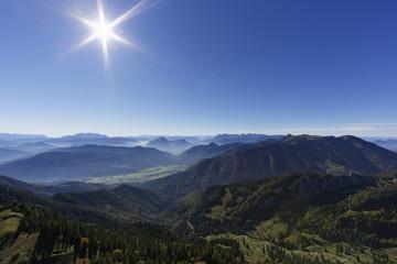 Deutschland, Oberbayern, Bayern, Chiemgauer Alpen, Blick von Kampenwand gegen die Sonne