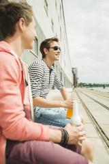Zwei Freunde mit Flaschen im Freien