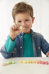 Deutschland, München, Junge mit Süßigkeiten
