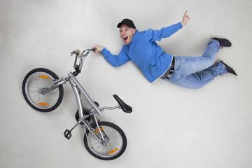 Man bei Stunt auf dem Fahrrad