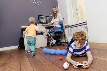 Mutter mit zwei Söhnen in Werkraum
