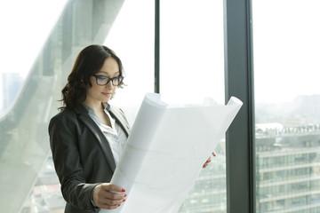 Geschäftsfrau im Büro Blick auf Blaupause