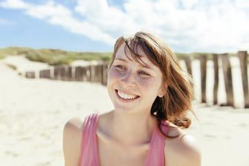 Porträt einer Frau glücklich am Strand