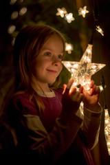 Lächelndes Mädchen mit Lichterkette