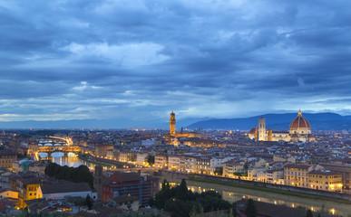 Italien, Toskana, Florenz, Blick auf Stadt mit Ponte Vecchio