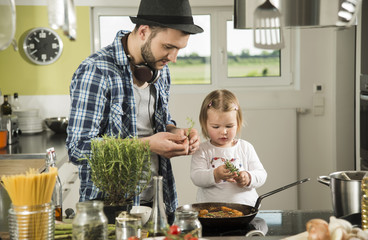 Vater und Tochter in der Küche beim Kochen