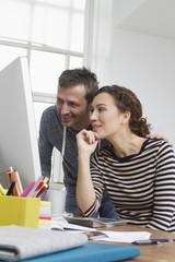 Mann und Frau zu Hause, sitzen am Schreibtisch mit Computer