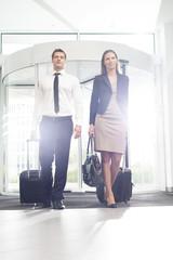 Geschäftsmann und Geschäftsfrau im Hotel ankommend