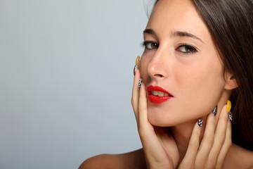 Ritratto di ragazza con unghie colorate