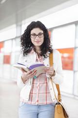 Porträt der jungen Frau mit Buch