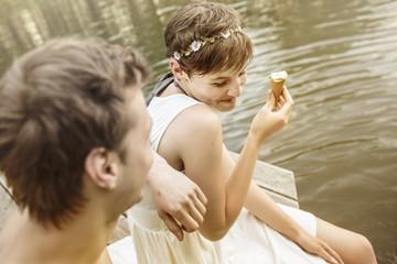 Junges Paar am Baggersee