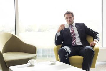 Geschäftsmann, Kaffeepause in Hotel-Lounge