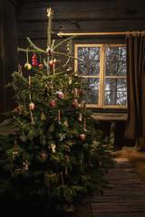 Geschmückter Weihnachtsbaum in einem Bauernhaus