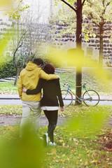 Deutschland, Nordrhein-Westfalen, Köln, junges Paar zu Fuß vor der Festungsmauer