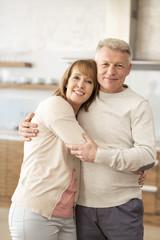 Portrait eines glücklichen reifen Paares zu Hause