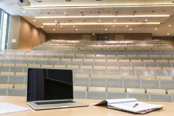 Polen, Warschau, Laptop und Notebooks auf Rednerpult im Hörsaal der Technischen Universität