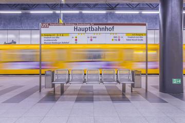 Deutschland, Berlin, moderne Architektur der U-Bahn-Station Hauptbahnhof