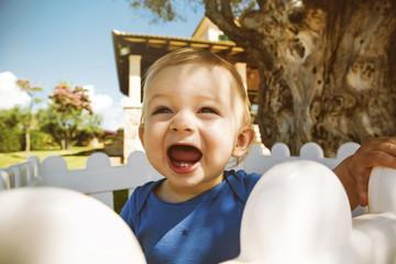 Baby mit offenem Mund im Freien