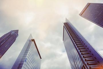 Deutschland, Hessen, Frankfurt am Main, Hochhäuser gegen die Sonne fotografiert