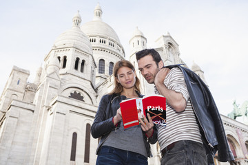 Frankreich, Paris, Porträt eines Paares mit Reiseführer vor Sacre Coeur