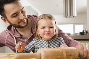 Vater und Tochter backen in der Küche