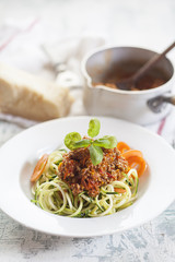 Zoodles, Spaghetti aus Zucchini, mit Bolognese-Sauce