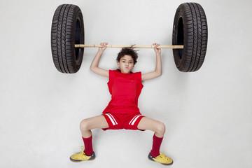 Junge beim Gewichtheben