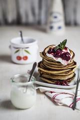 Amerikanische Pfannkuchen mit Kirschsauce und griechischem Joghurt