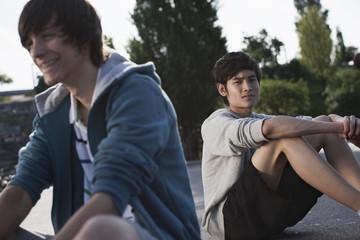 Teenager sitzen am Spielplatz