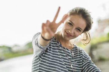 Teenager-Mädchen zeigt Victory-Zeichen