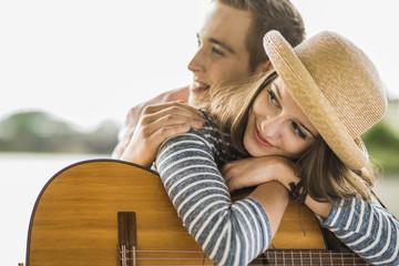 Porträt des jungen Paares mit Gitarre