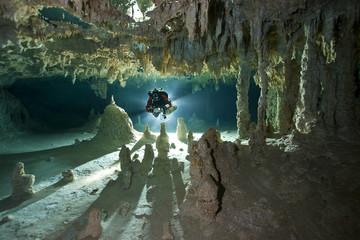 Mexiko, Yucatan, Tulum, Höhlentaucher in einer Cenote