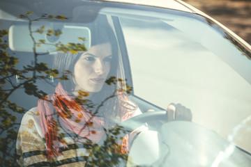 Spanien, Barcelona, Junge Frau im Auto