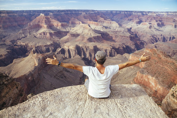 USA, Arizona, Mann geniesst die Aussicht am Grand Canyon