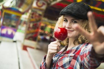 Teenager-Mädchen mit kandiertem Apfel