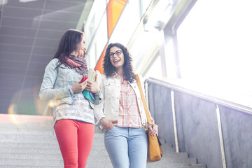 Zwei junge Frauen auf der Treppe