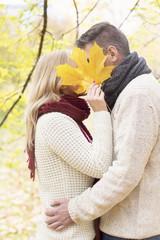 Polen, Warschau, Romantisches Paar im herbstlichen Park