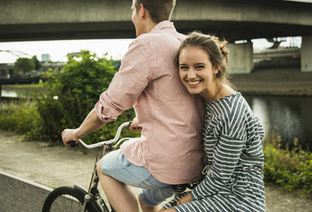 Junges Paar auf dem Fahrrad