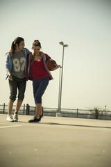 Zwei junge Frauen mit Basketball im Freien