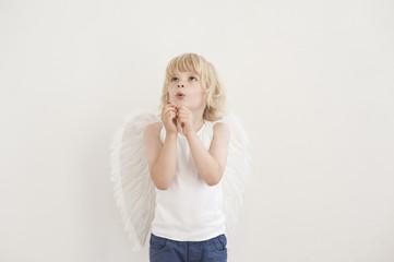 Portrait des kleinen Jungen mit Flügeln
