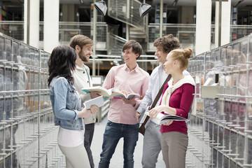 Gruppe von Studenten lernen in einer Universitätsbibliothek