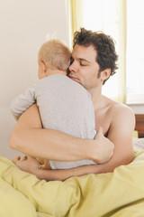 Vater umarmt seinen kleinen Sohn