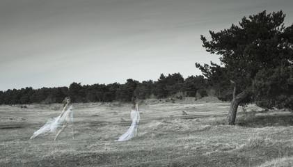 Deutschland, Bayern, Fröttmaning, junge Frau trägt ein Kleid