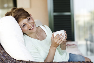 Lächelnde brünette Frau mit Tasse
